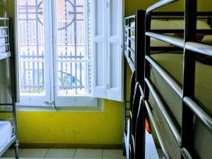 Habitaciones con ventanas y comodidades